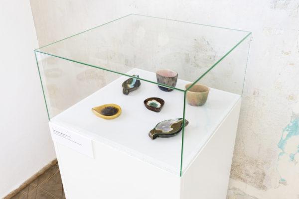 Fragment ekspozycji, kolorowe naczynia ozdobne umieszczone w gablocie.