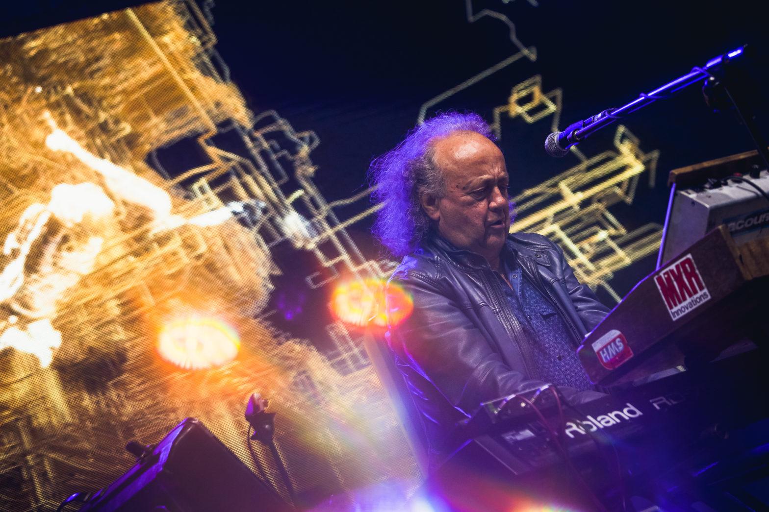 Fragment koncertu, starszy mężczyzna gra na klawiszach.