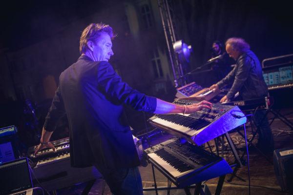 Dwóch męzczyzn na scenie gra na klawiszach